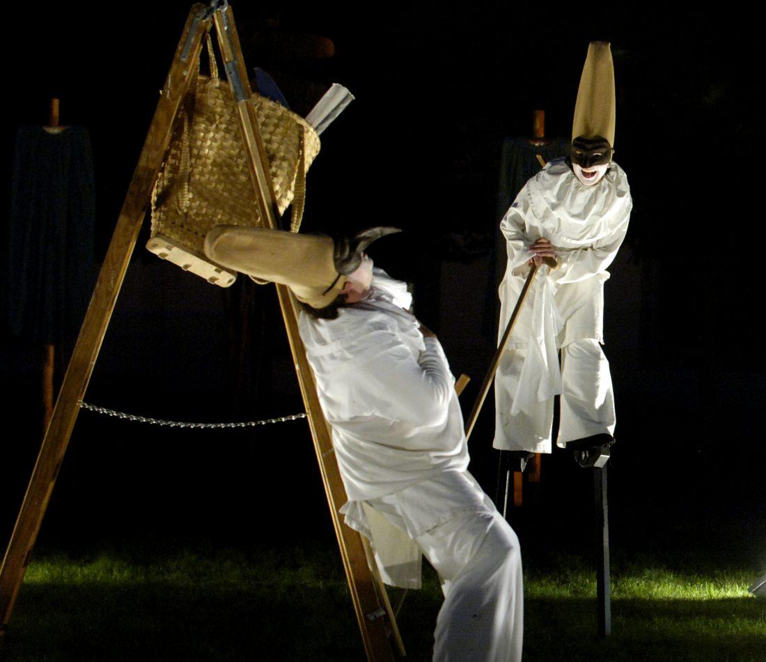 Festwoche 2006, Kultur im Residenzhof. Discorsi, Theater auf Stelzen.Die Geometrie der Rosenkriege.Schauspieler auf Stelzen - Theater ohne Bühne.